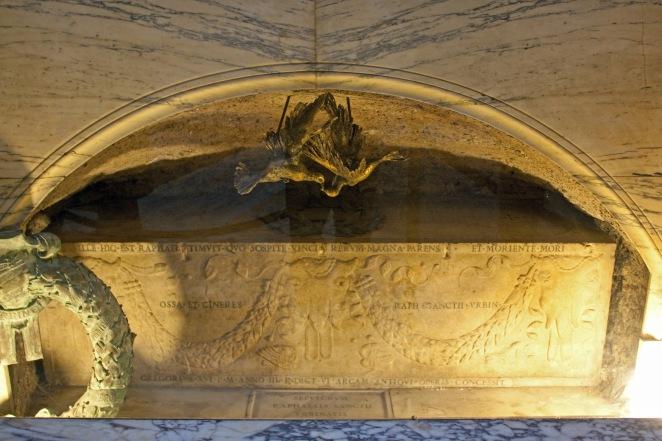 Raphael's_grave,_Pantheon_2010.jpg